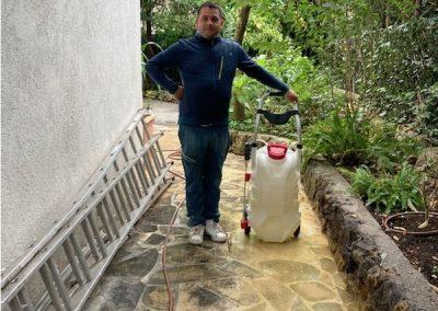 Jardinier apres nettoyage à la haute pression d'une terrasse extérieure à Antibes